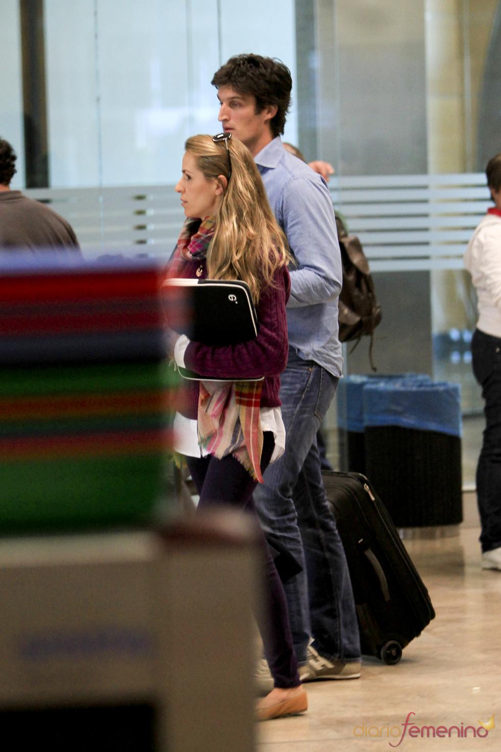 Rafael Medina y Laura Vecino pasando el control en el aeropuerto de barajas