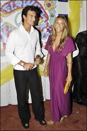 Rafael Medina y Laura Vecino con look hippie