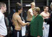 Angela Merkel saluda a Mesut Özil en los vestuarios