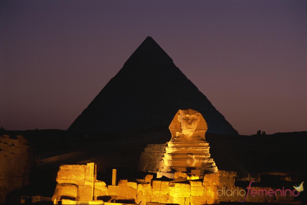 Imagen nocturna de las pirámides de Egipto