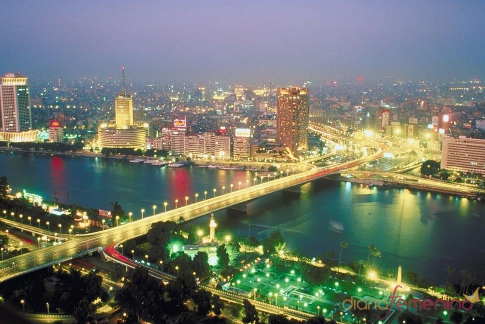 Imagen nocturna de la ciudad de El Cairo