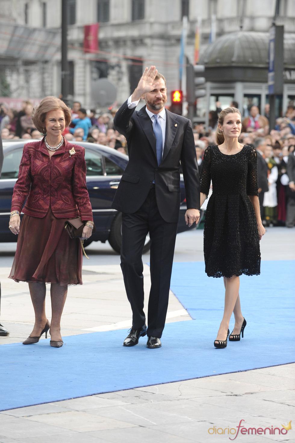Doña Sofía junto con los príncipes Felipe y Letizia en los premios Príncipe de Asturias 2010