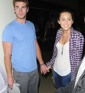 Liam Hemsworth con Miley Cyrus y la Power Balance