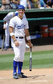 Nick Jonas juega al béisbol con su Power Balance
