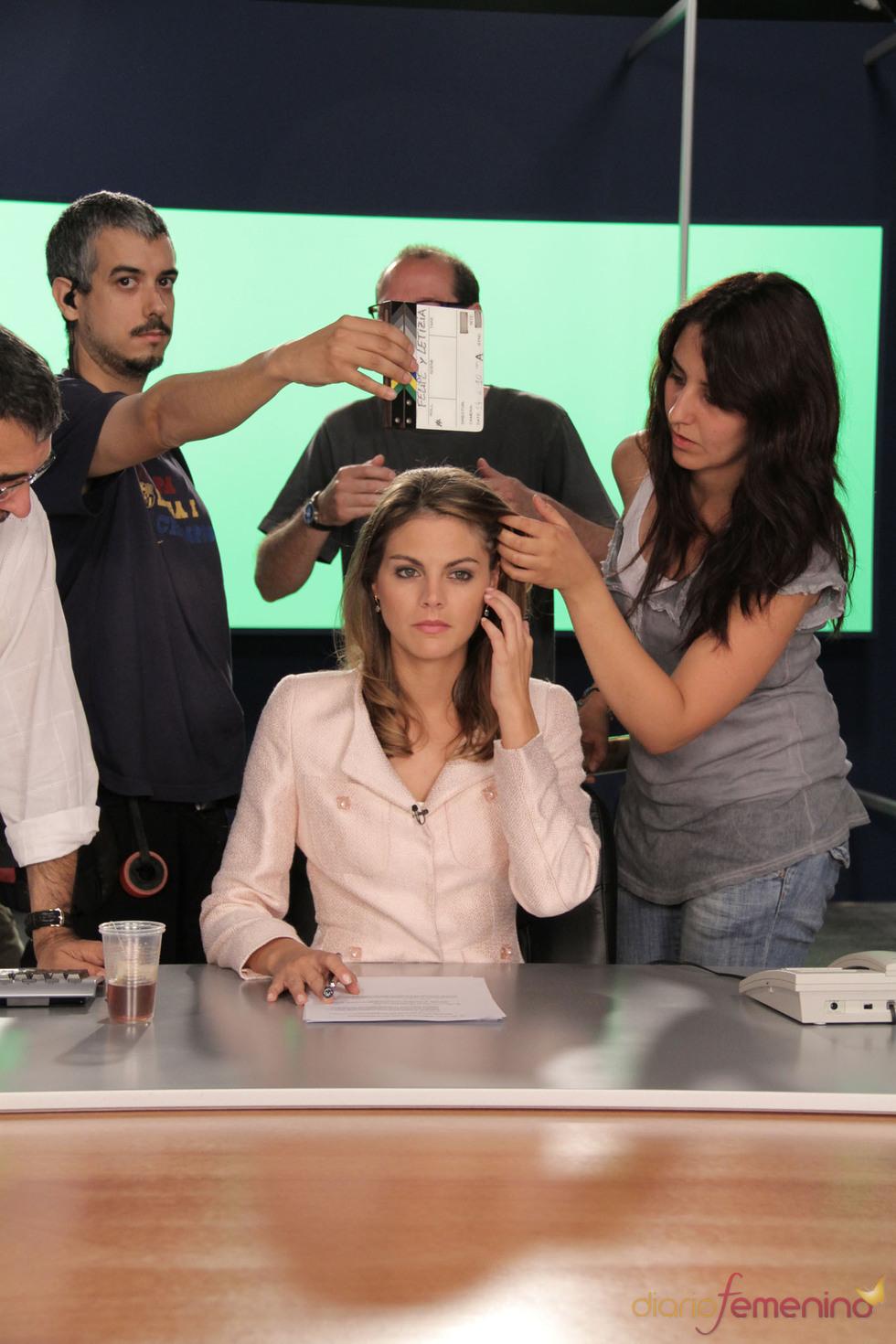 Amaia Salamanca emulando a Letizia Ortiz presentado el informativo