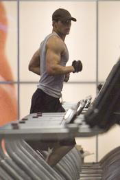 El actor de Crepúsculo Kellan Lutz se pone en forma