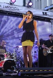 Raquel del Rosario durante una actuación con una combinación perfecta en negro y amarillo