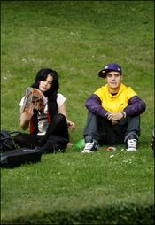 Andrea Duro y Adrián Rodriguez en un parque