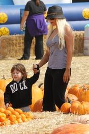 Christina Aguilera y su hijo en el Pumpkin Patch