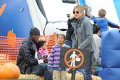 Heidi Klum y Seal en el Pumpkin Patch con sus hijos