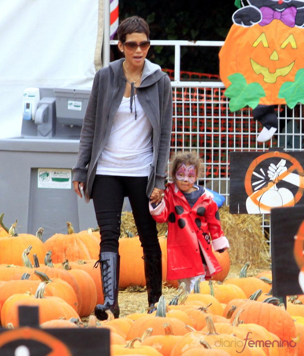 Halle Berry y su hija en el Pumpkin Patch