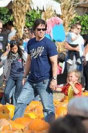 Mark Wahlberg y su hija en el Pumpkin Patch