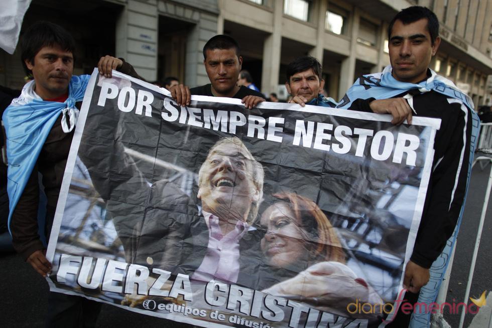 Argentinos apoyando a Cristina Fernández y Néstor Kirchner