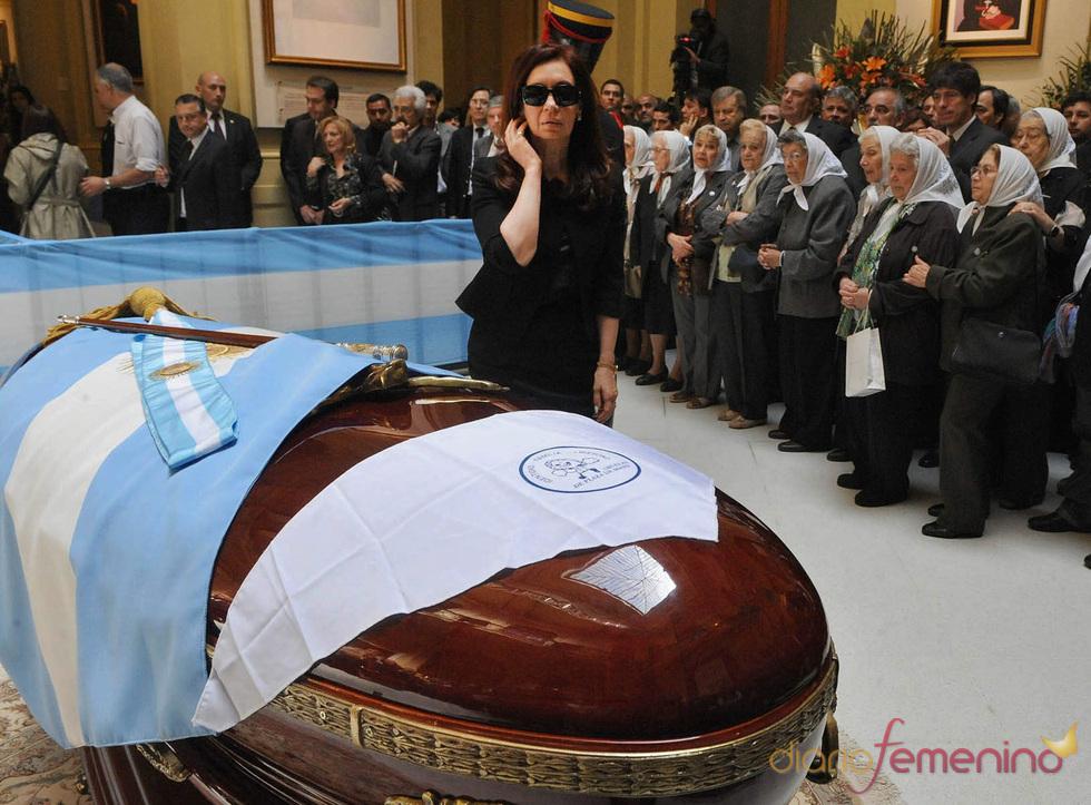 La emoción de Cristina Fernández ante el féretro de Néstor Kirchner