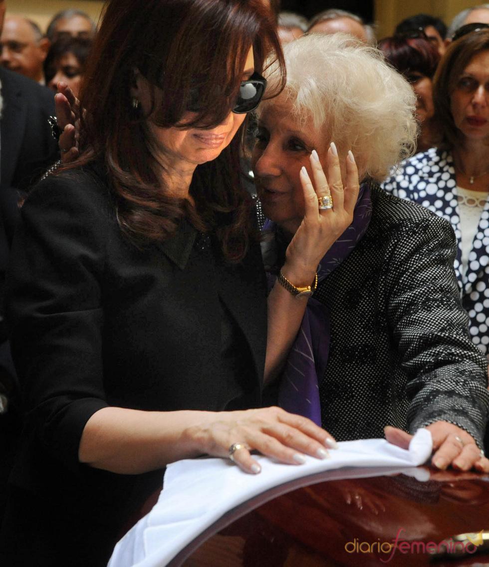 Cristina Fernández llora ante los restos de su marido de Néstor Kirchner