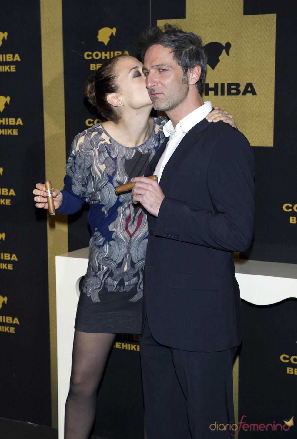 Leonor Walting y Ernesto Alterio se besan