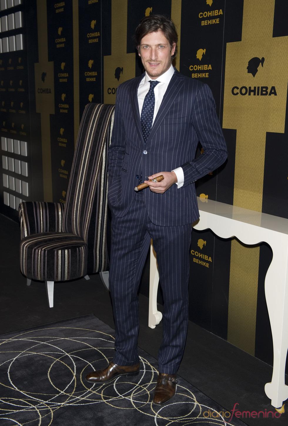 Luis Medina fuma con elegancia