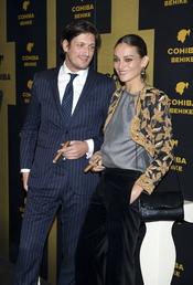 Luis Medina y Laura Ponte posan y fuman juntos