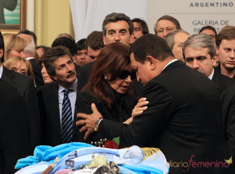 Cristina Fernández consolada por Hugo Chávez