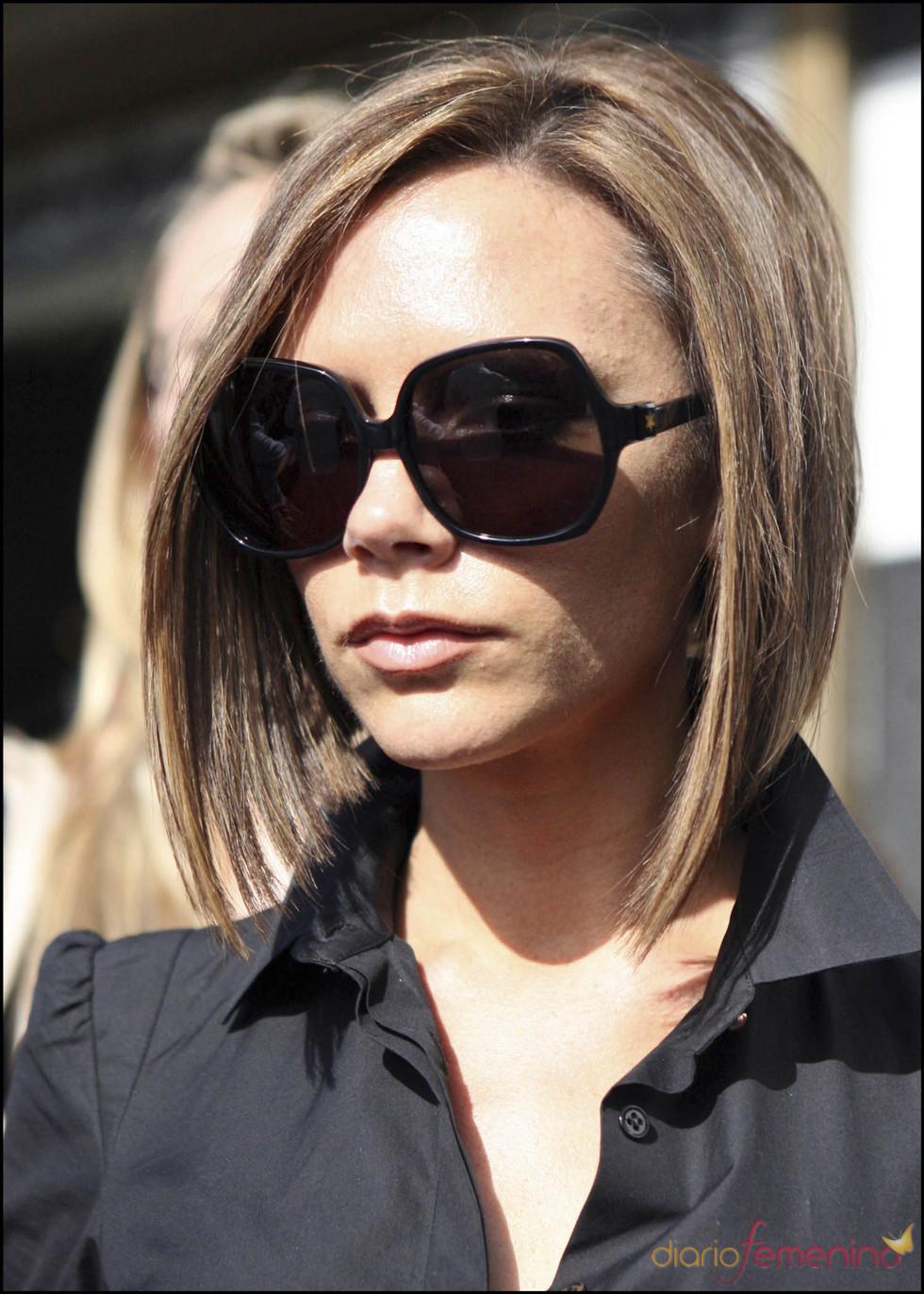 Victoria Beckham con el pelo en 'V' en tono rubio