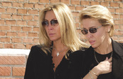 Norma Duval y Carla Duval en el entierro de su padre