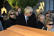 Norma Duval y su madre Purificación en el entierro de Carla Duval