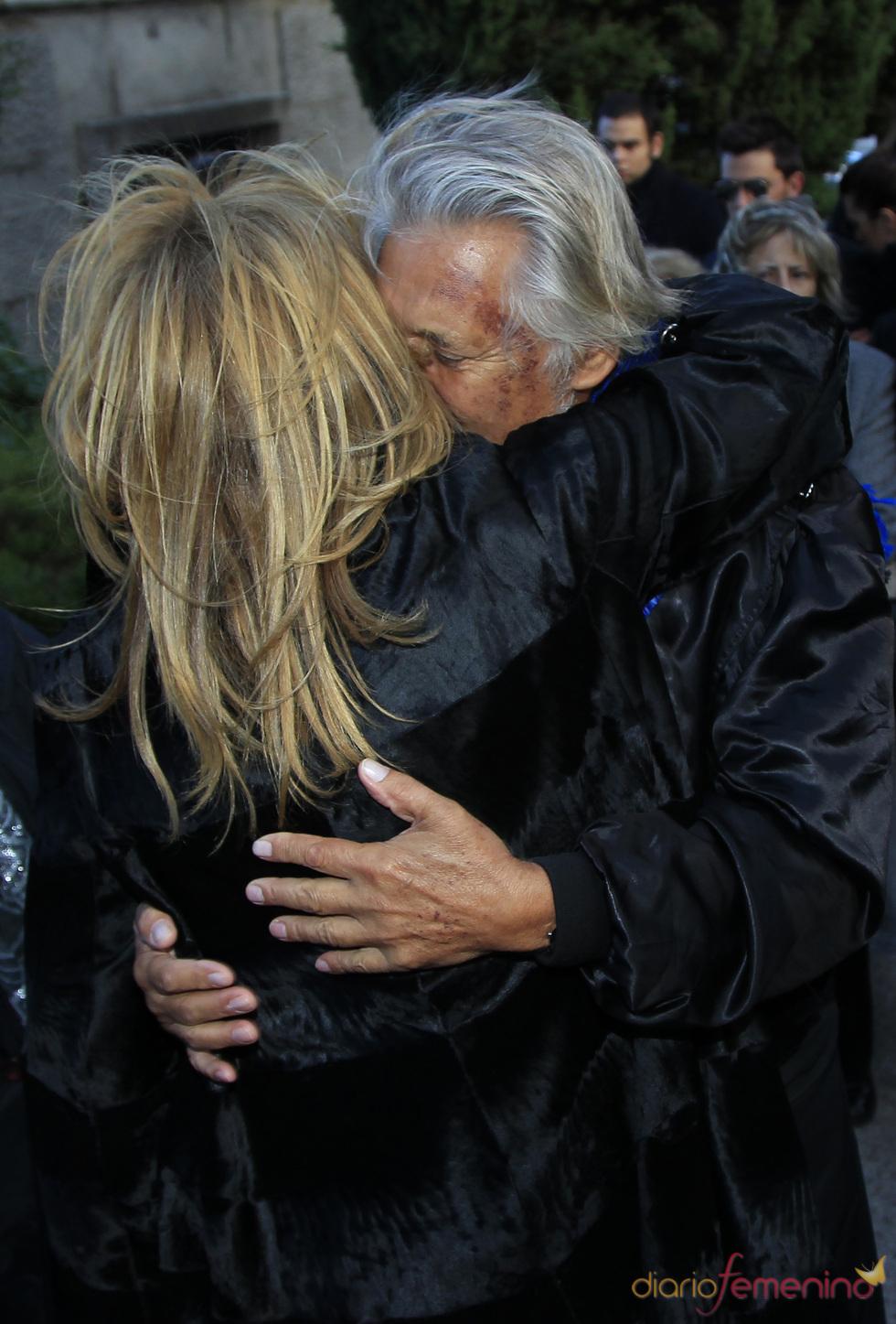Abrazo de Norma Duval y Marc Ostarcevic en el entierro de Carla Duval