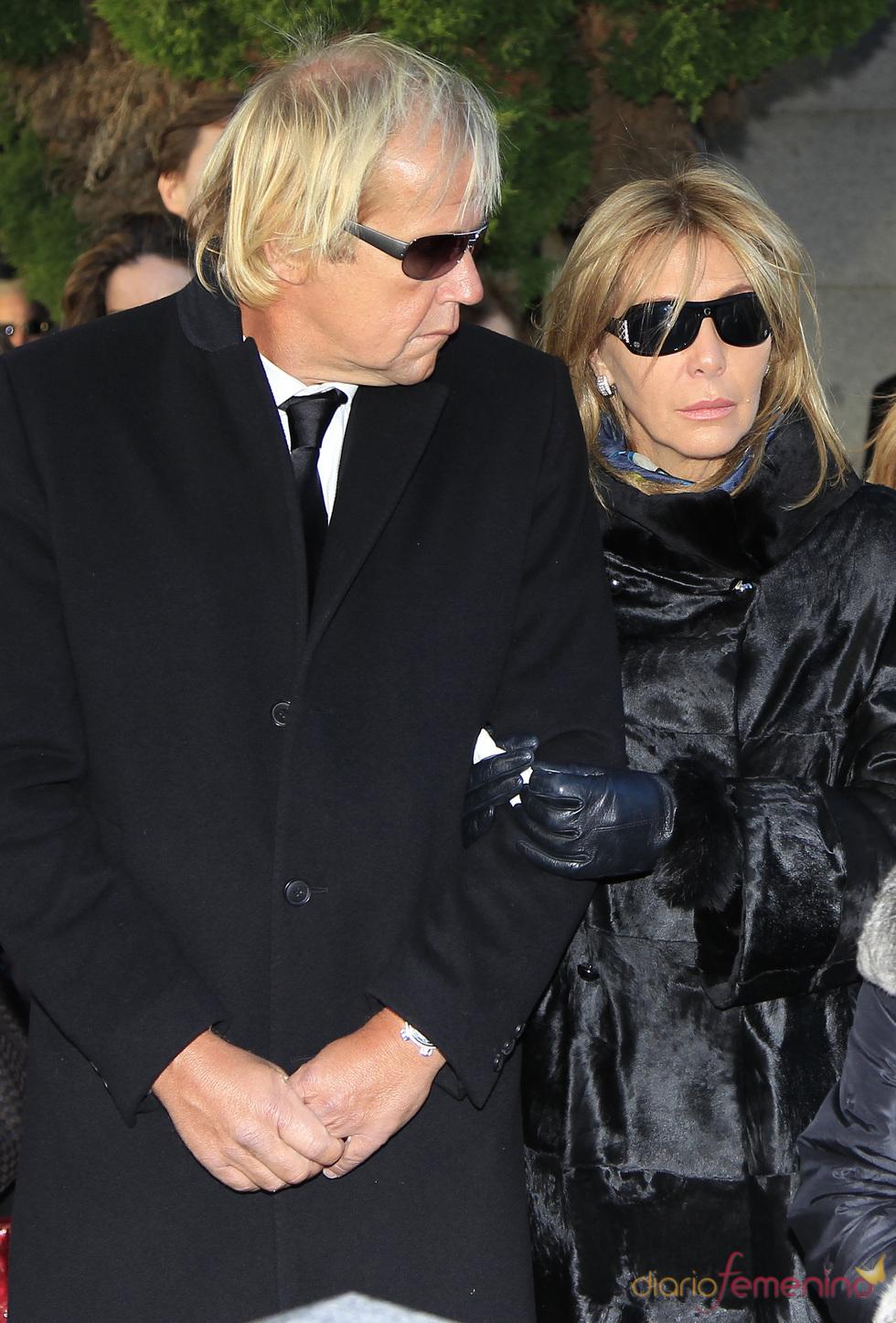 Norma Duval y su pareja Matthias Kühn en el entierro de Carla Duval