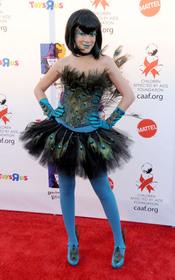 Tori Spelling despluma a un pavo real en Halloween