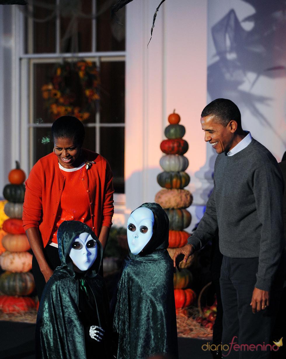 Michelle y Barack Obama reciben a los niños en Halloween