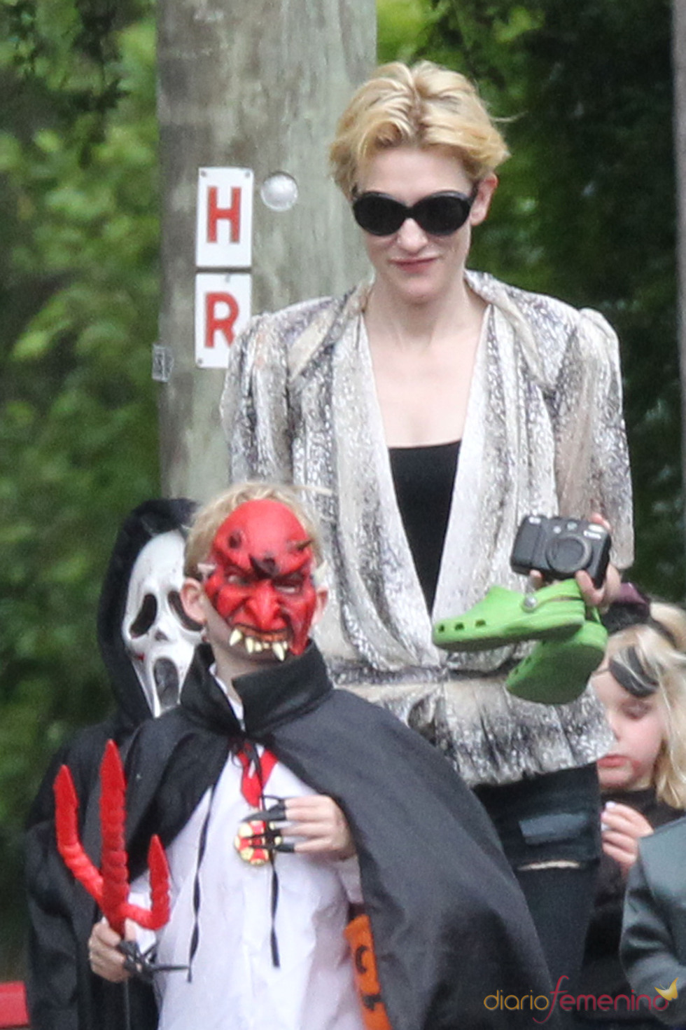 Cate Blanchett pasea con sus hijos en Halloween
