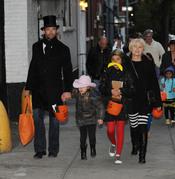 Hugh Jackman recoge caramelos con sus hijos en Halloween