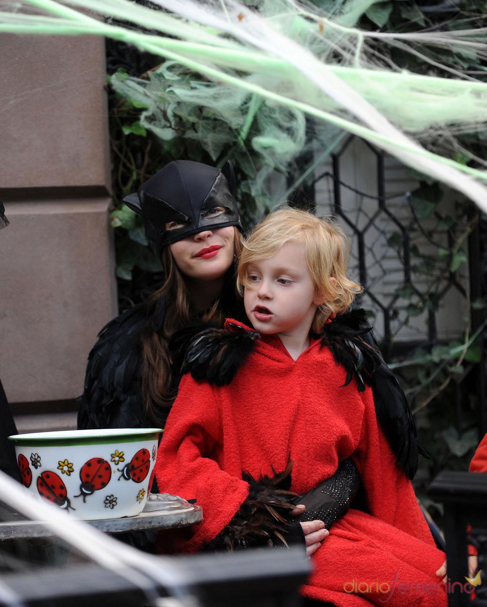 Liv Tyler  vestida de cuervo en Halloween
