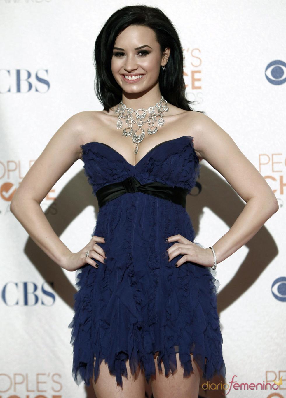 Demi Lovato con escote de corazón azul marino