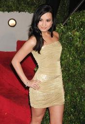 Demi Lovato con vestido color champagne