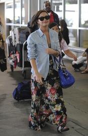 Demi Lovato con look desaliñado en el aeropuerto de LAX