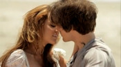 Miley Cyrus y Kevin Zegers, romance en la playa