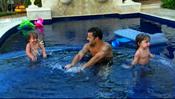 Ricky Martin en la piscina con sus hijos