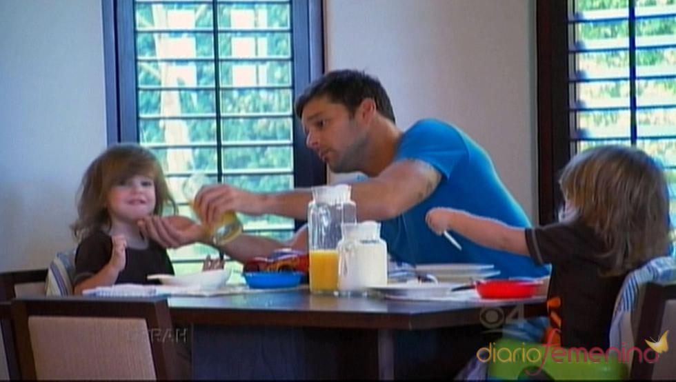 Ricky Martin con sus hijos durante la comida