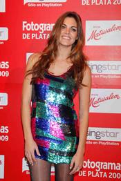 Amaia Salamanca con mini vestido de colores brillante