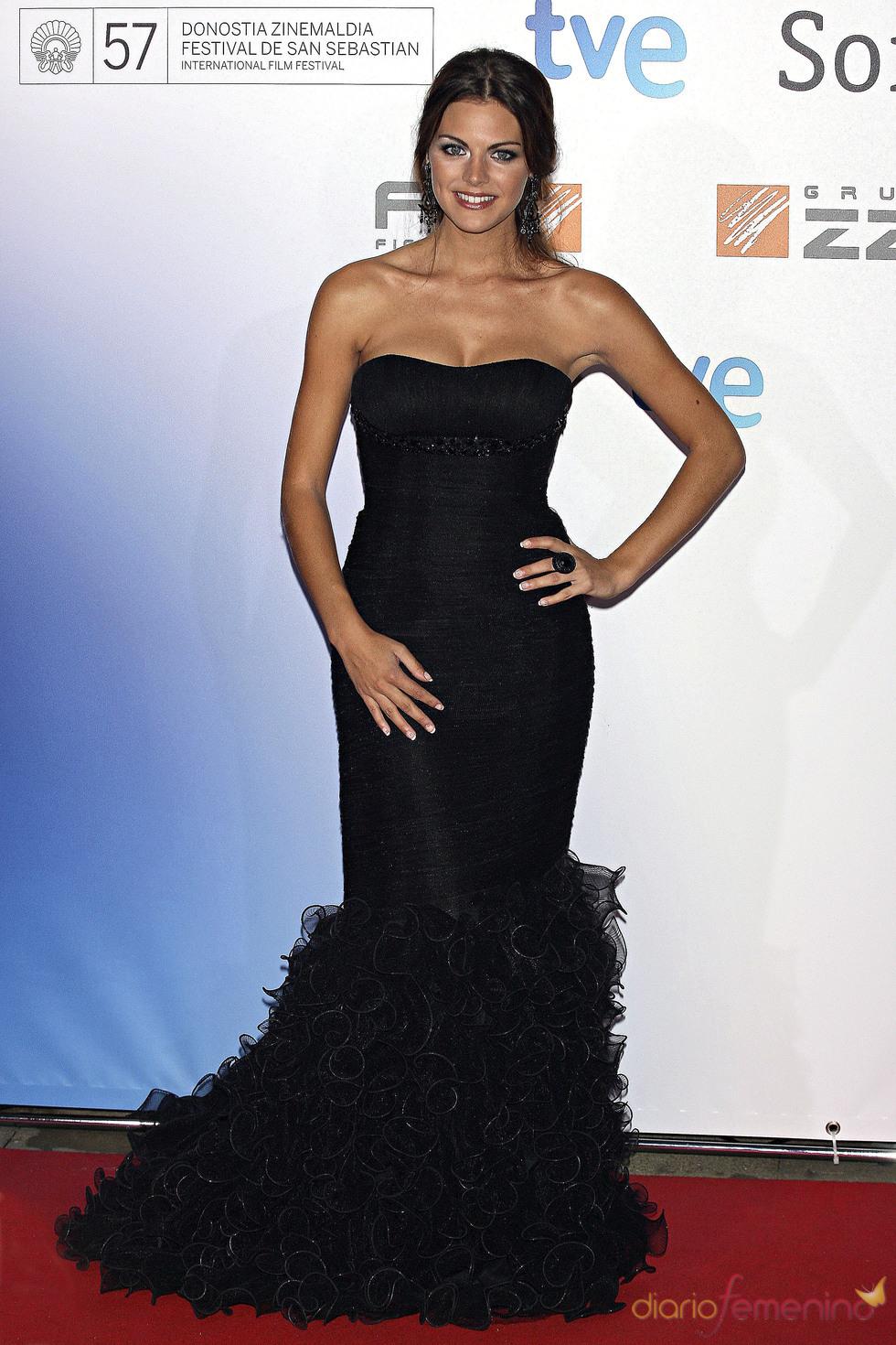 Amaia Salamanca con vestido de fiesta inspiración gitana