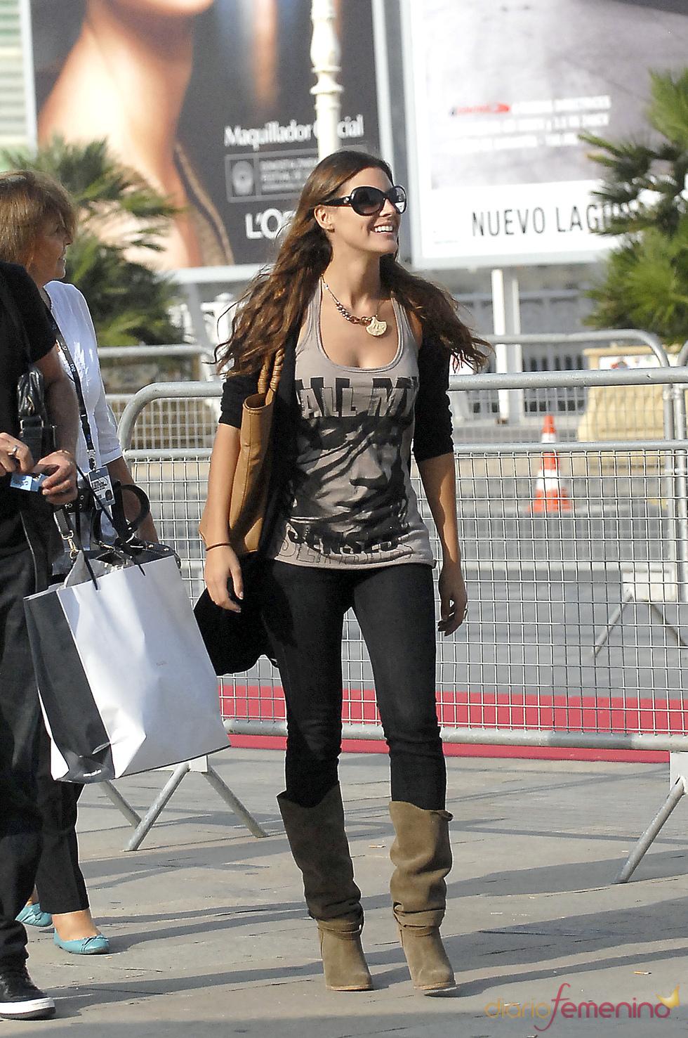 Amaia Salamanca con look desefandado por la calle