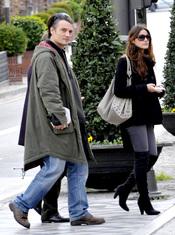 Amaia Salamanca con el actor Josep Linuesa luciendo maxi botas