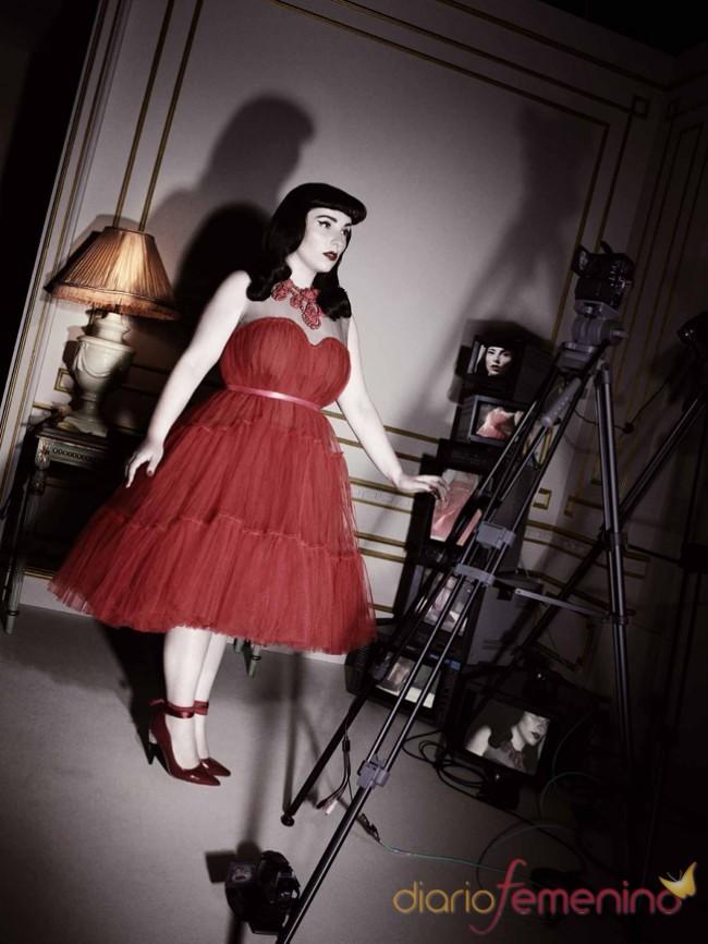 Modelo de vestido en rojo por Lanvin para H&M