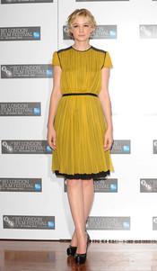 Carey Mulligan fantástica con un vestido color mostaza