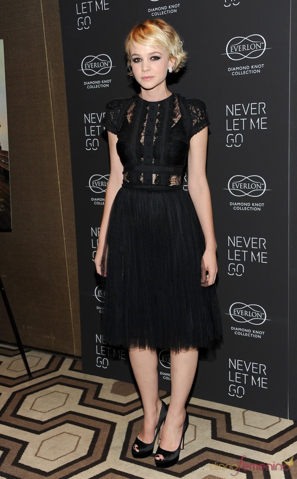 Carey Mulligan con vestido negro de encajes
