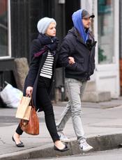 Carey Mulligan dando un paseo con su novio