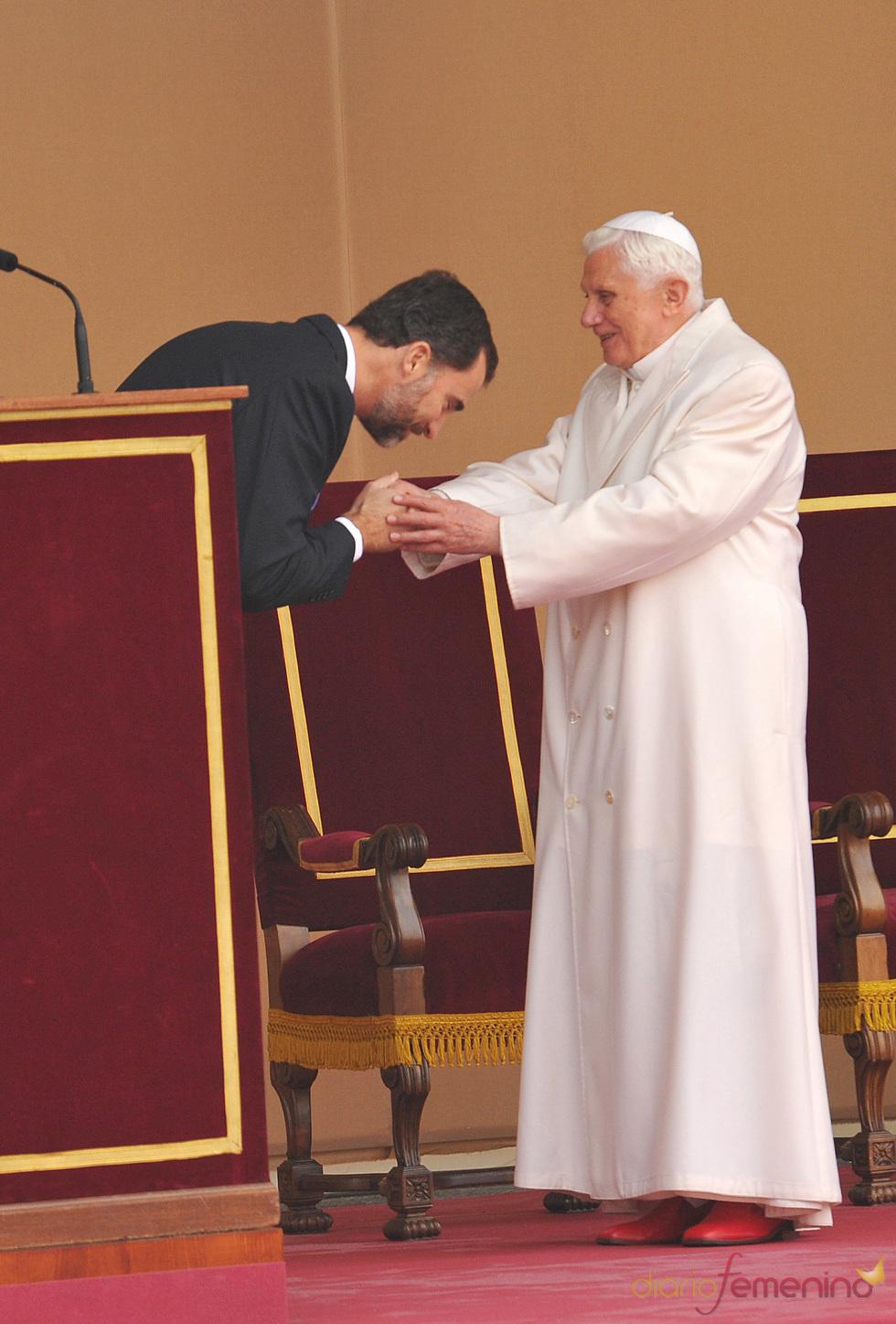 El príncipe de Asturias besa el anillo del papa Benedicto XVI ante la princesa Letizia