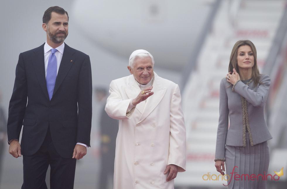 Felipe de Borbón y Letizia Ortiz con el Papa Benedicto XVI