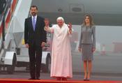 El Papa Benedicto XVI saluda a los fieles en Santiago de Compostela